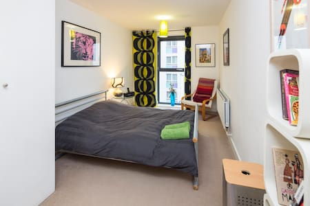 En-suite room in modern 2 bed flat - Appartamento
