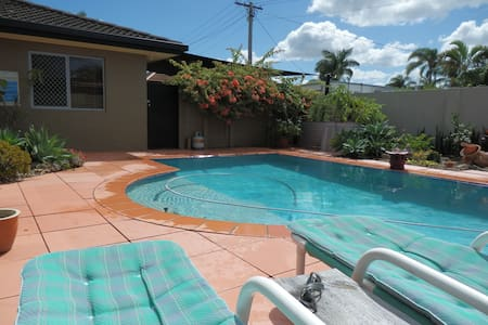 Gold Coast Room on canal with pool - Broadbeach Waters - Bed & Breakfast