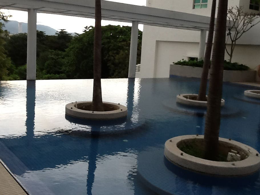 Infinity pool with jacuzzi