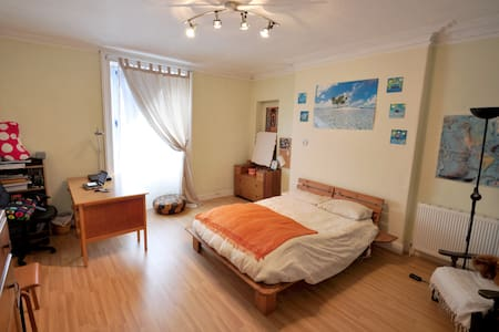 Large Room2 behind Holyrood Palace - Apartment