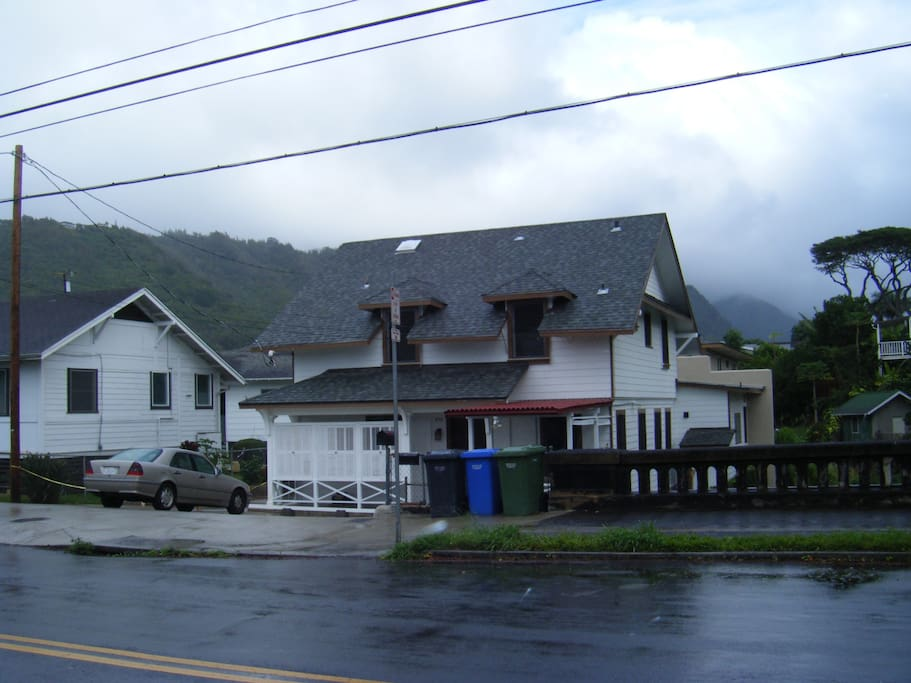 "situated in historical ""Nuuanu Valley"""