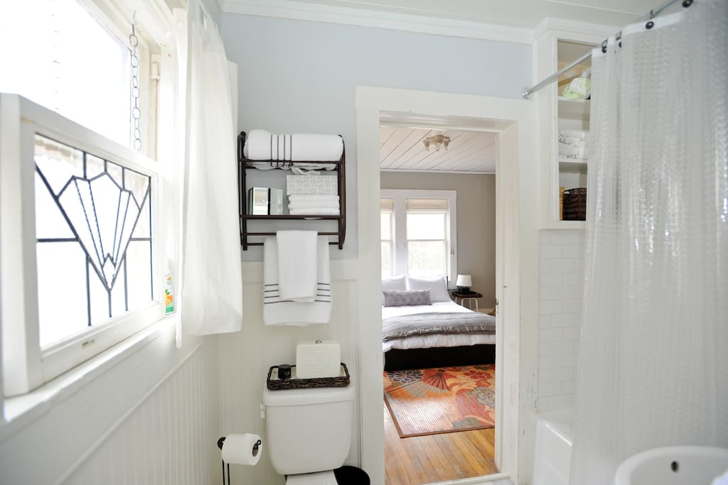 shared bath between the two bedrooms