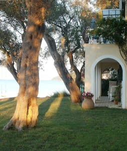 Charming private beachfront cottage - Corfu - Rumah