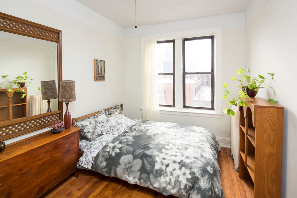 Guest bedroom, with flat-screen TV/Roku & room-darkening (room available certain days).
