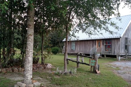 Secluded cabin in the woods. - Pis