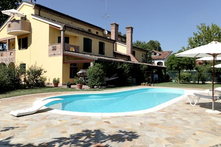 ISOLA BIANCA, romantic attic, pool & free parking - Ferrara