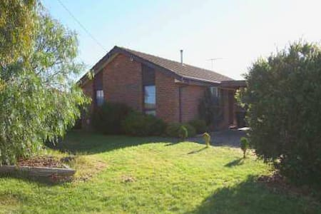Cheap room in Werribee enroute to great ocean road - House