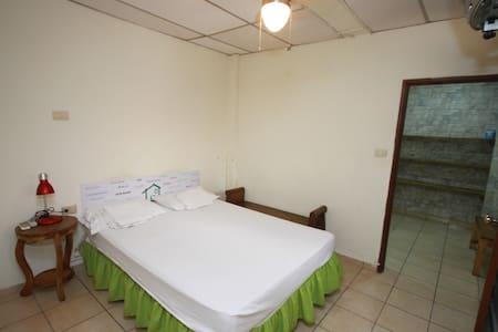 Habitación doble, baño privado #1 - Santa Ana - Huis