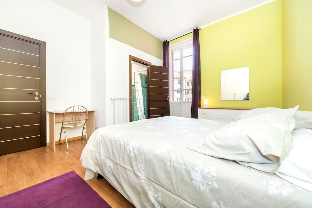 dalla camera si accede al piccolo balcone che da sul cortile interno