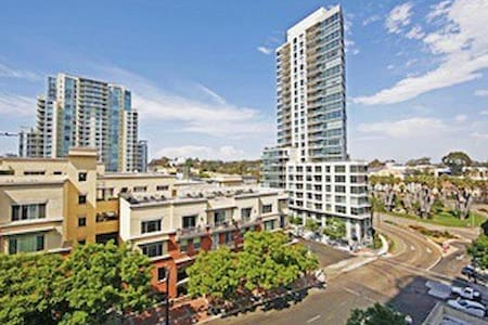 Modern 2-bed/2-bath condo downtown with great view - San Diego - Apartment