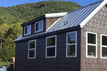 Buck Hill Tiny Home Cabin w/Mountain & Water Views - Cabaña