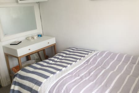 Small Double/single room close to airport - Casa