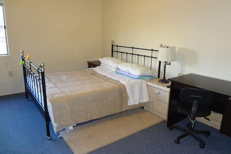 One floor, one room, one queen bed, separate toile - El Monte - Bed & Breakfast
