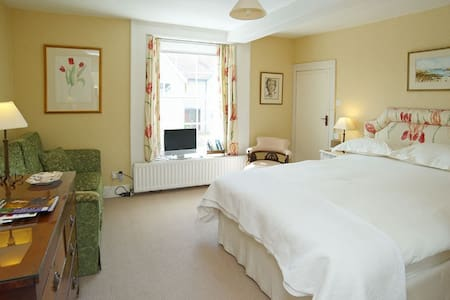 Castleton House Bed and Breakfast - Bed & Breakfast