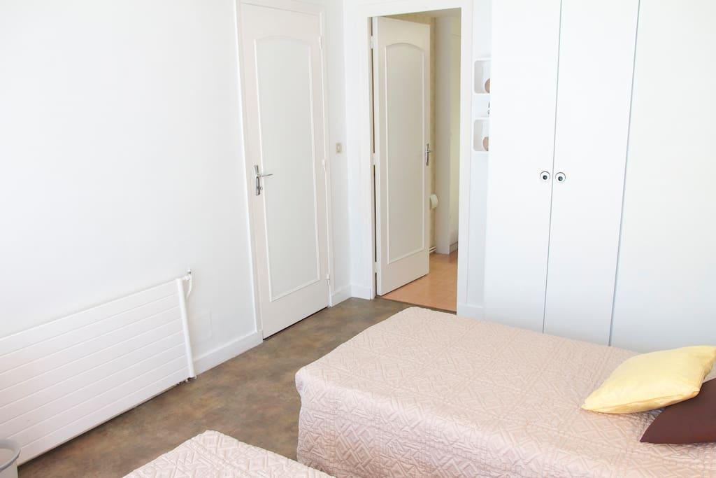 grand placard et accès salle de bain