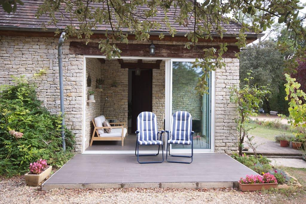 Guest lounge and terrace / la terrasse du salon
