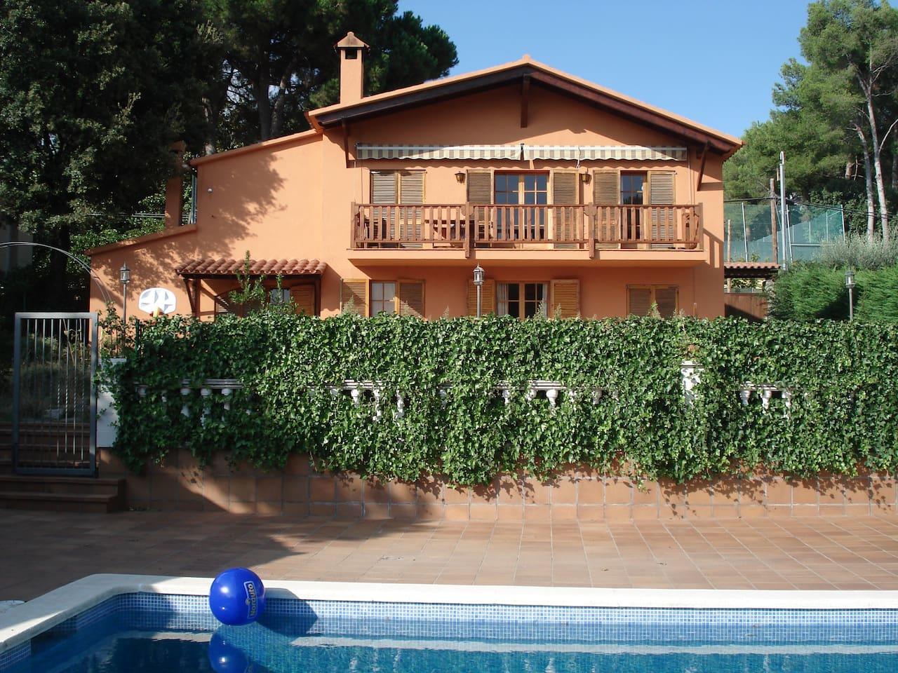 Vista de la casa desde abajo, desde la piscina.