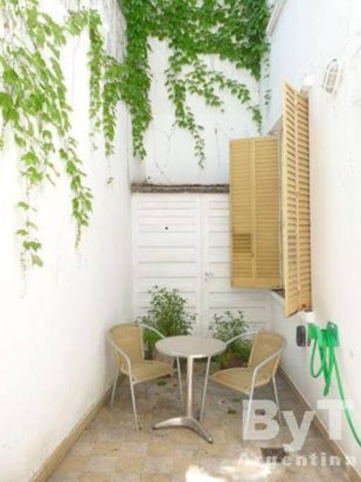 El patio es un lugar ideal para relajarse y tomar un rico desayuno.