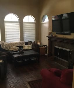 Comfy home w/pool, central to dfw - Addison - House