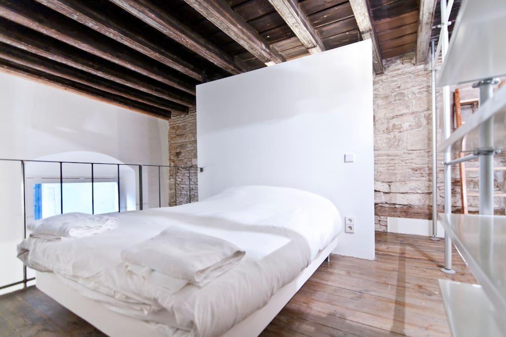 el dormitorio queda abierto a la zona de estar por este balcon
