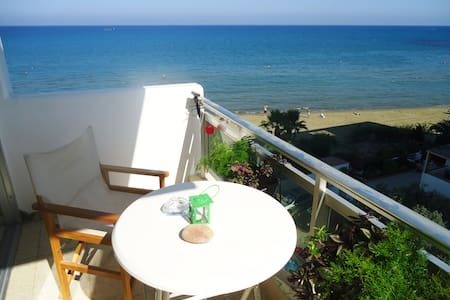 Sea view apartment on the beach - Larnaka - Lakás