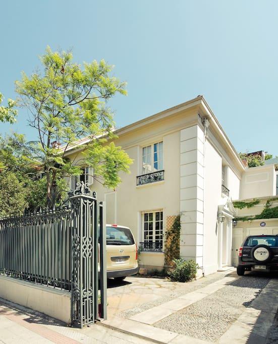 Nuestro hotel es una casa acogedora ubicada en un barrio tranquilo y seguro de la capital.