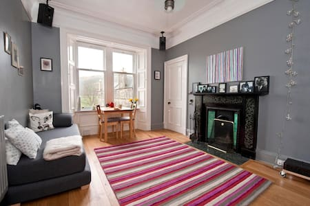 Flat with a view of Holyrood Park - Edinburgh - Apartment
