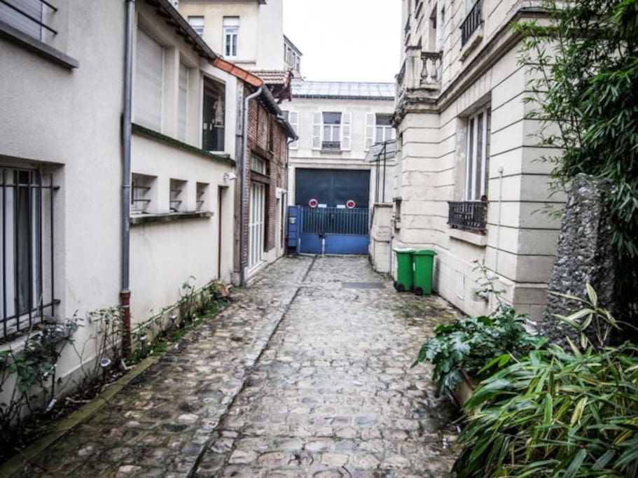 a private way/courtyard leads to the flat...