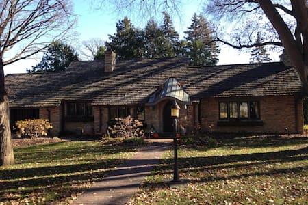 The cozy cottage in sought after Interlachen Park! - Hopkins