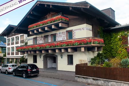 Pension Max, B & B in the center, Dreibettzimmer - Zell am See - Bed & Breakfast