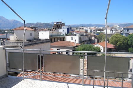 Renovated airy little penthouse - Aigio - Apartment