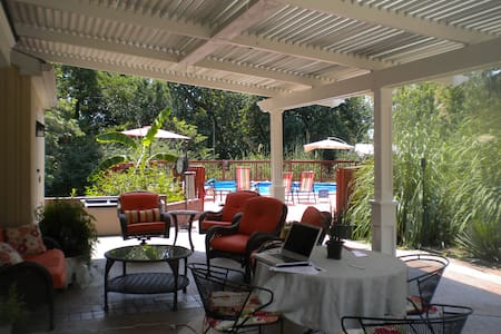 Country Tropical Setting!  3 Acres - Jeffersontown - House