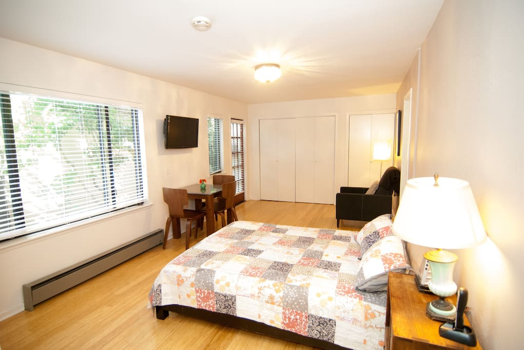 Great studio with newly remodled bathroom walking distance to great restaurants, movie theaters, and hiking on Mt Tam. Queen sized futon mattress and pack and play in closet for extra sleeping space.