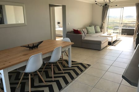 Close to beach with views of Table Mountain - Kaapstad - Appartement