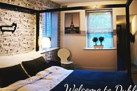 Hello everyone! I have a stunning en suite bedroom waiting for your stay:) Apartment is located at the door to world famous and beautiful Phoenix Park. Apartment is gay friendly.