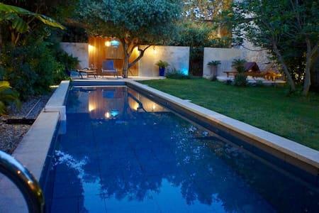 Près d'Avignon, soleil et piscine - Haus