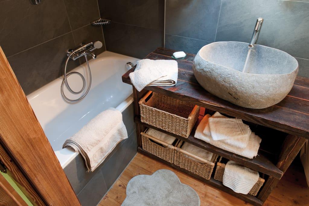la chambre à coucher au sous-sol avec douche, toilette, lavabo