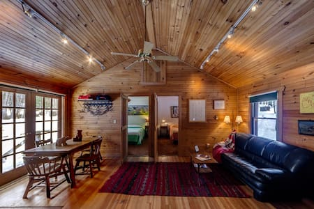 Charming Knotty Pine Cottage on 575 - Milford - Cabin