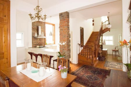 Gracious home in vibrant village, stroll to beach - Huis