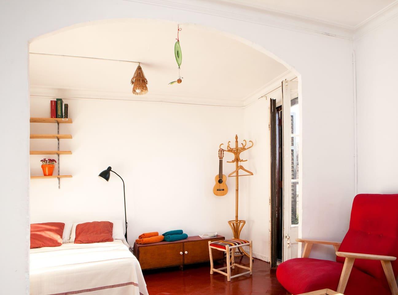 Bedroom with its own little livingroom / Dormitorio con su propio saloncito