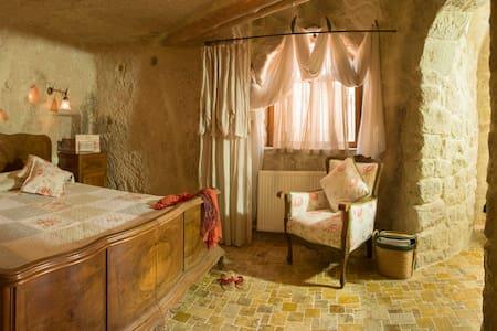 Urgup in Cappadocia, warm familyrun - Cave