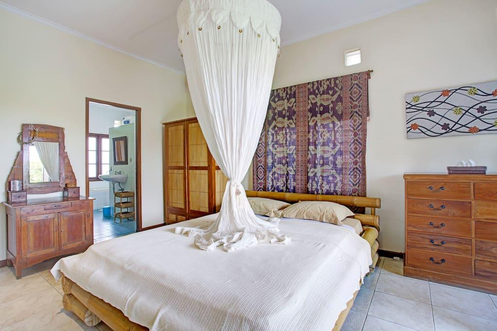 Hauptschlafzimmer, Blick zum Bad