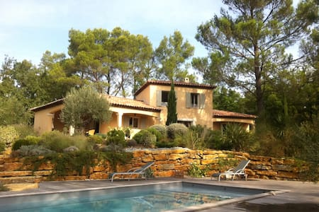 In the pine forest, villa and pool - Forcalqueiret - House