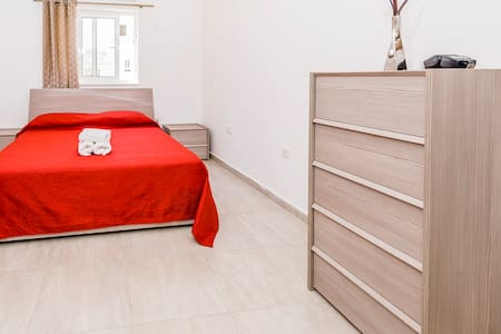 Ensuite room near Ferries between Sliema and Gzira - Apartemen