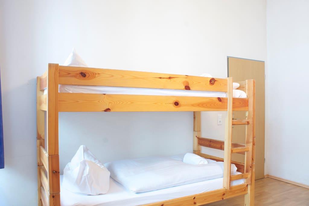 Zimmer mit 2 Etagenbetten. Room with 2 bunk beds.