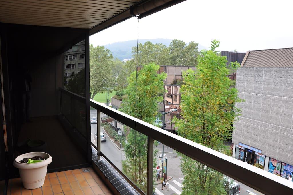 Vue de l'immeuble, avec la terrasse de l'appartement dans le cercle