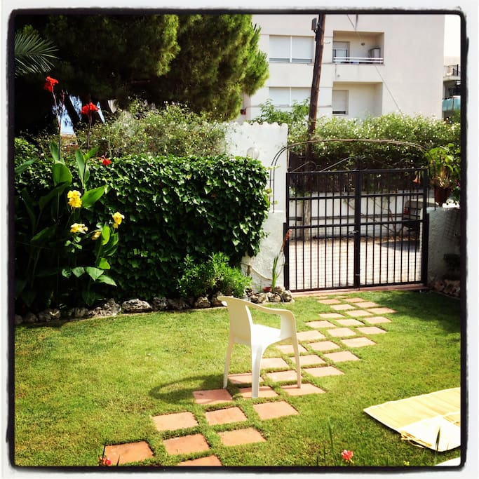 Charming beach house with garden, 3 min walking from the beach and 45 min from Barcelona