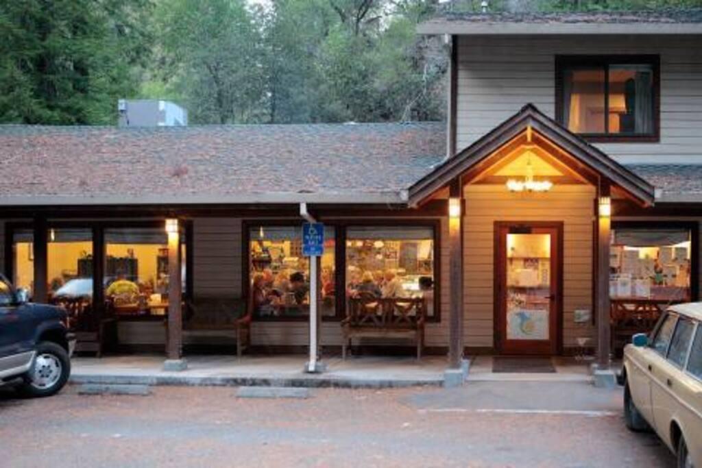 Gravenstein Cottage - w/ Breakfast!