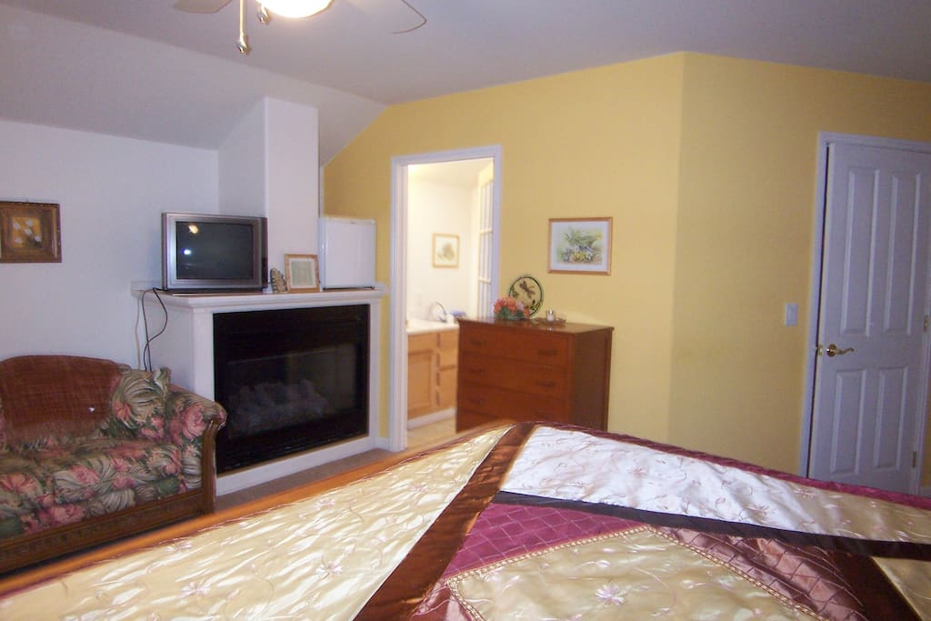 Joy suite - King bed, private deck entrance, gas fire place. 6'x 3' whirlpool tub/shower
