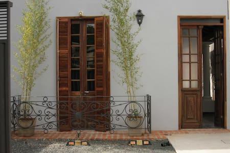 Large studio flat in bed&breakfast - Asuncion - Pousada